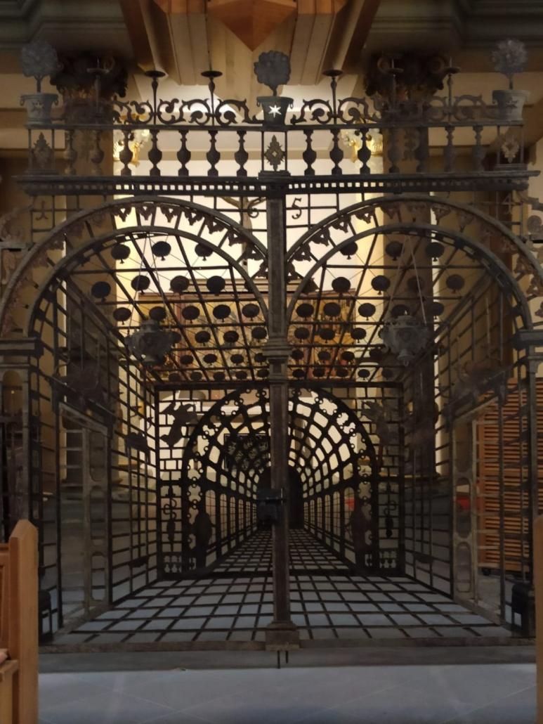 Ein durch den Barock inspiriertes Altargitter im Paderborn Dom